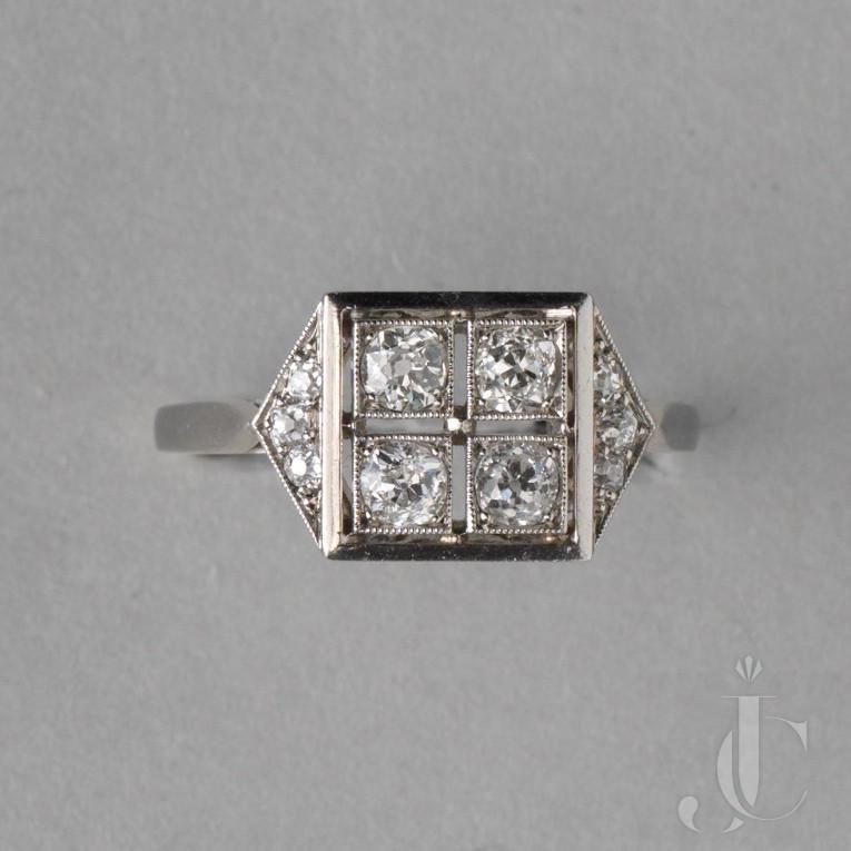 A PLATINUM ART DECO RING WITH DIAMONDS