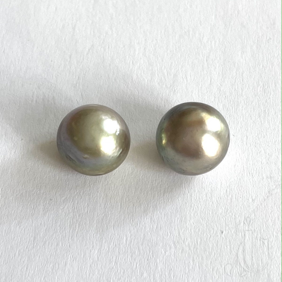 12,78 + 11,91 ct Pair of natural Pearl boutons