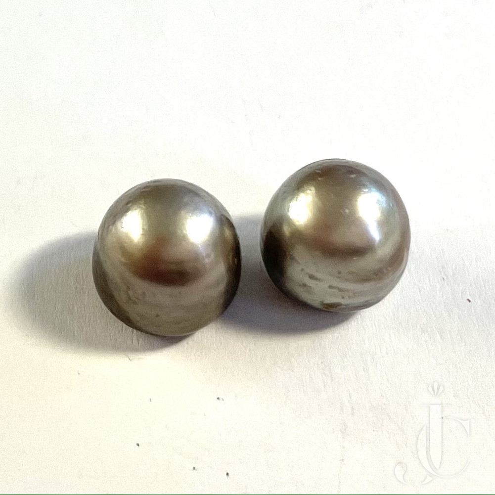 9,92 + 9,88 ct Pair of natural Pearl Boutons